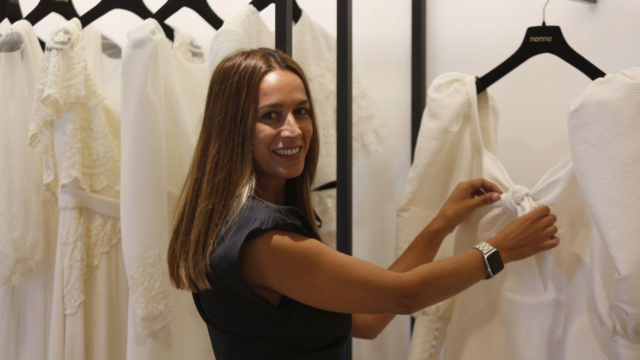 Fran.Noela Rivera con algunos de sus diseños de novia en Nonne, su tienda de Juan Flórez