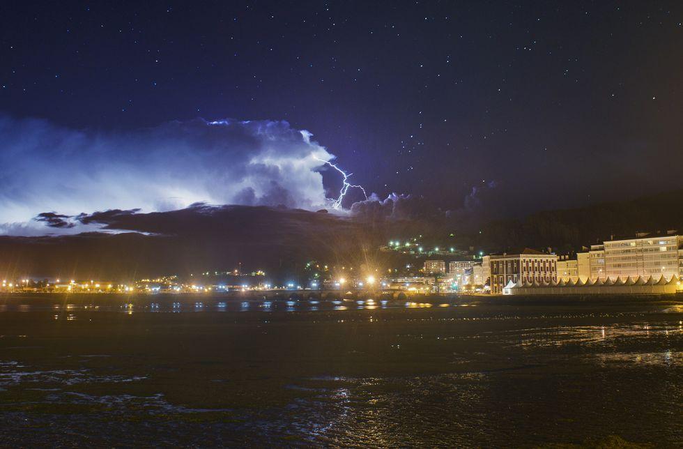 Un rayo de la tormenta de anteanoche sobre la ciudad de Viveiro, en la noche de las Perseidas.