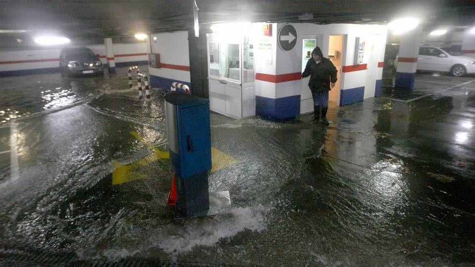 Las imágenes del temporal «Dirk» en la comarca de Ferrol.Inundaciones en el parking del Cantón