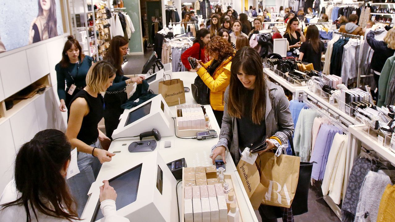 Día de compras masivas en el centro de Vigo.Más de 170 invitados acudieron al encuentro en la Casa de la Cultura de Vegadeo