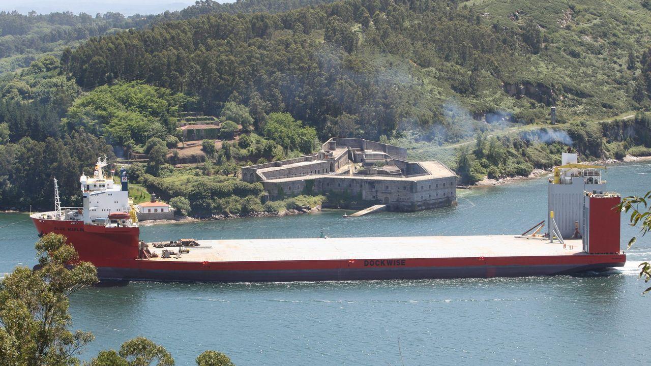 Las imágenes del 26M en Ferrol, Eume y Ortegal.Cada paso entre castillos de la gigantesca estructura causó gran expectación a orillas de la ría