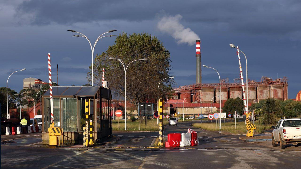 Trabajadores lusos empiezan el turno de tarde en las fábricas del polígono industrial de Monçao, en el norte del país