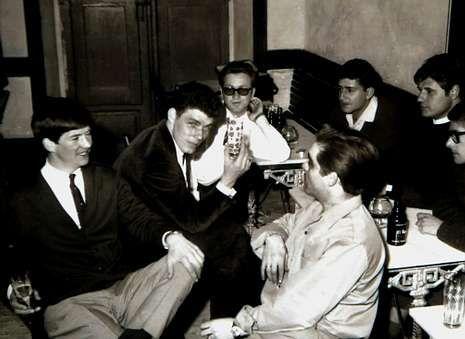 Cuatro imágenes del profesional cangués: celebración de un grupo de amigas, la ribera sobre la que hoy está la Alameda, la orquesta «Los seis de Galicia» y amigos en un bar.