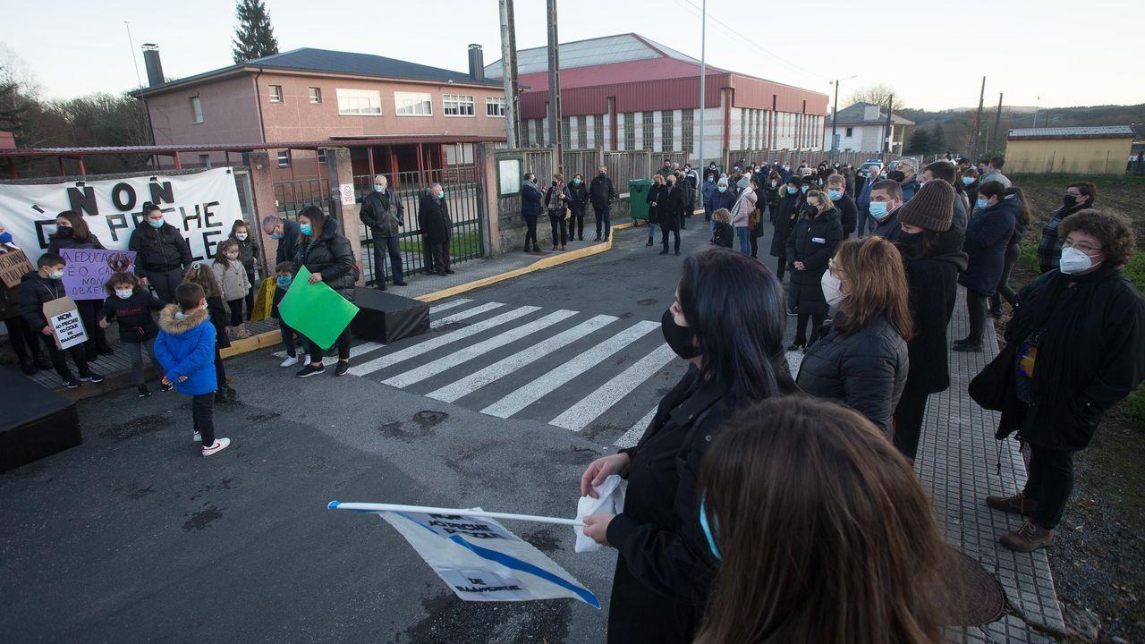 Los niños de Baamonde piden que no cierren su colegio.Una de las protestas de los padres y alumnos frente al colegio de Baamonde