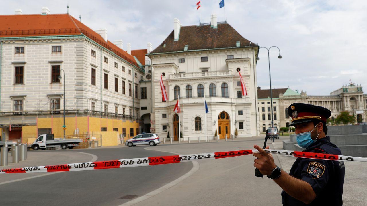 Un policia cierra el paso a las inmediaciones del palacio imperial de Viena, sede de la presidencia
