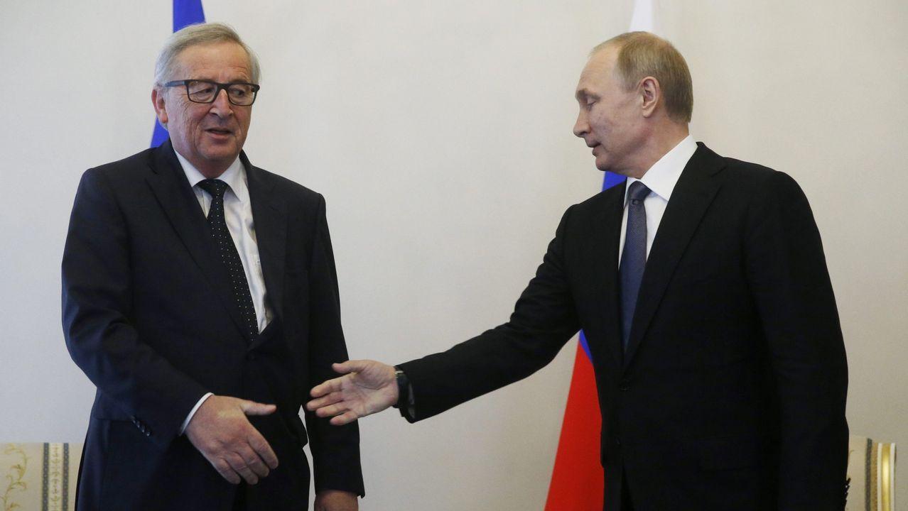 Así se vivió el apagón en el mundo.El presidente de la Comisión Europea, Jean-Claude Juncker, extiende la mano hacia el presidente ruso, Vladimir Putin, durante una reunión en San Petersburgo