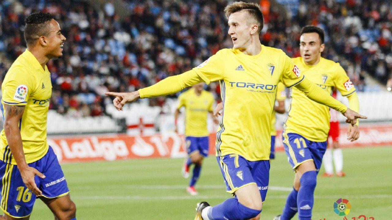 La aficion azul celebra la victoria frente al Sporting.Salvi, Bijker y Álvaro García celebran un gol del Cádiz