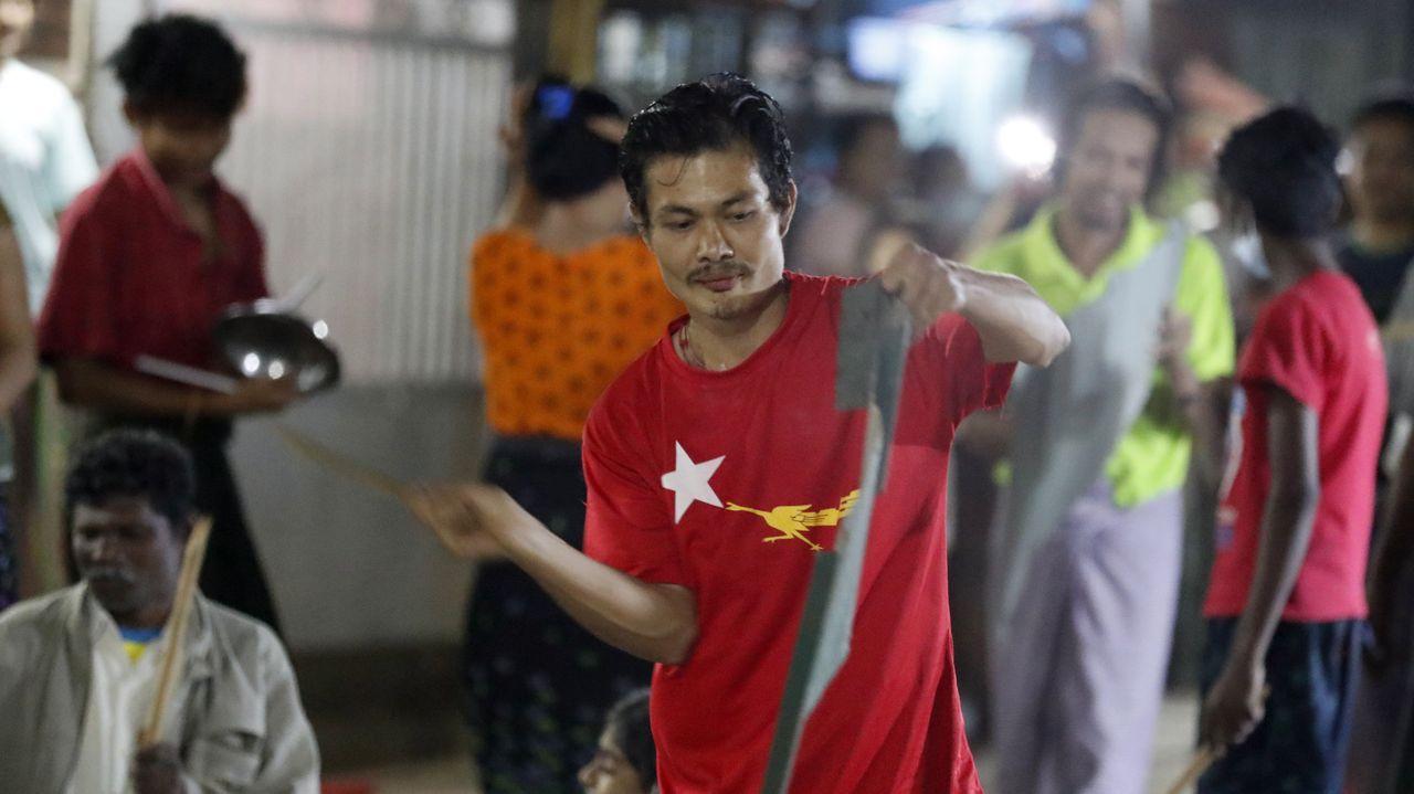 Un partidario de Suu Kyi golpea una cacerola durante una protesta en Rangún