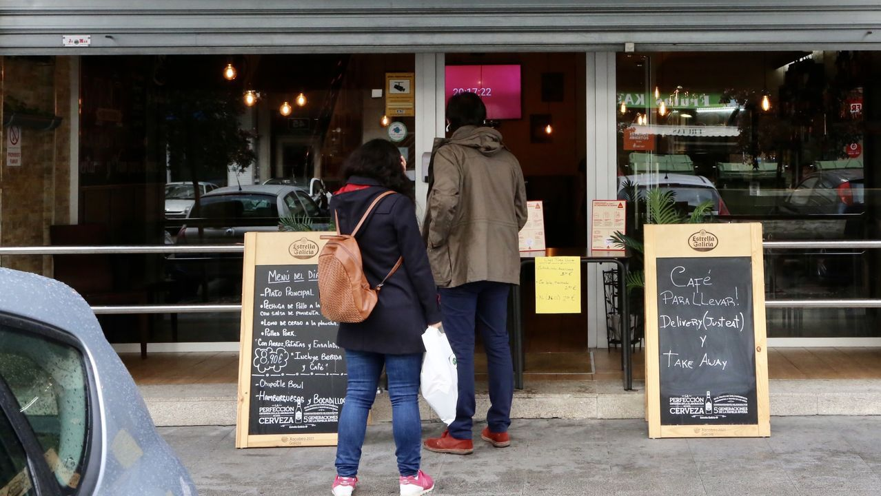 Clientes esperando por el café para llevar en Vigo
