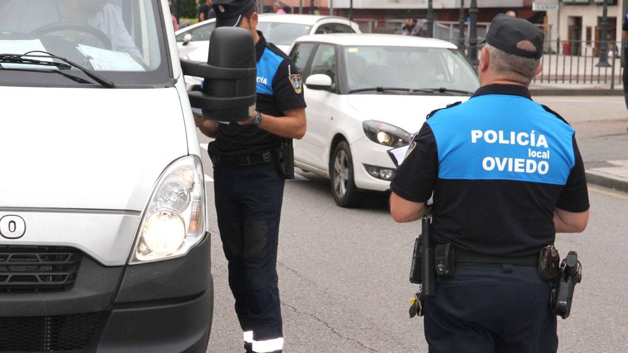 Concentración de afectados por la hipoteca contra un desahucio.Policía Local de Oviedo