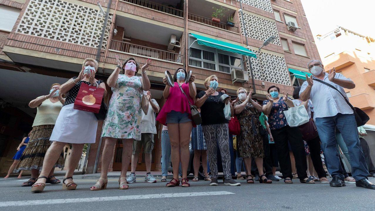 Vecinos del barrio murciano de San Antón, en una de las caceroladas de protesta delante de un piso cedido a la Cruz Roja y en el que guardan cuarentena por covid-19 varios inmigrantes llegados en patera