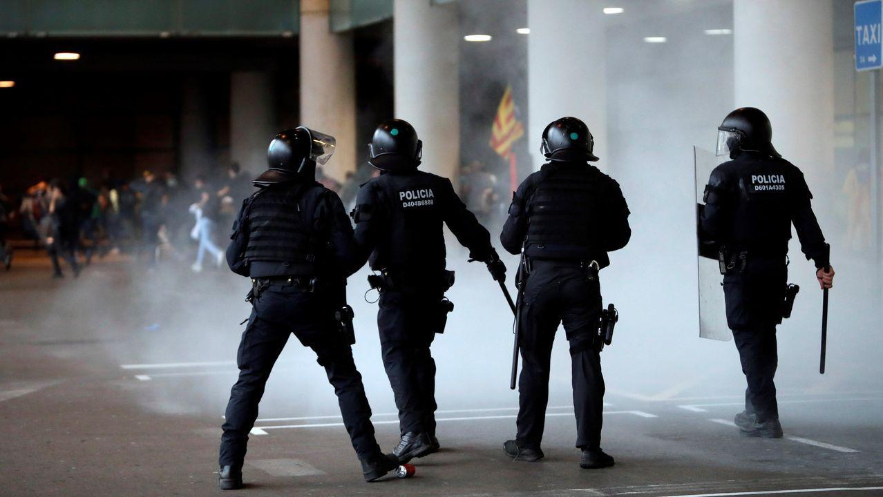 Los Mossos d'Esquadra han lanzado bombas de humo para dispersar a los manifestantes en El Prat