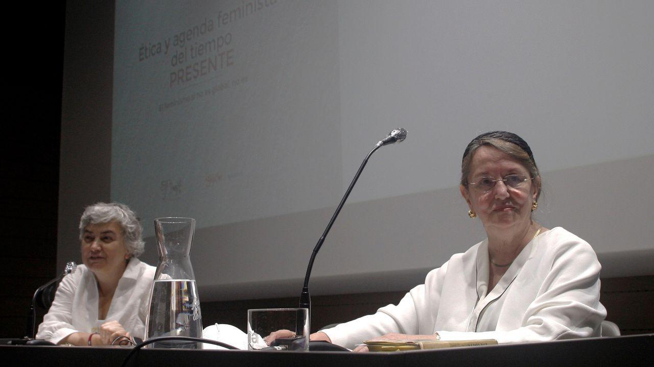 La filósofa Amelia Valcárcel (d) pronuncia este miércoles junto a la alcaldesa de Gijón, Ana González (i) la conferencia inaugural de la Escuela Feminista Rosario Acuña en Gijón.