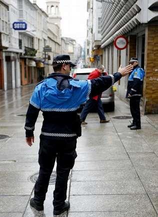 Dos agentes de patrulla en la calle Magdalena.