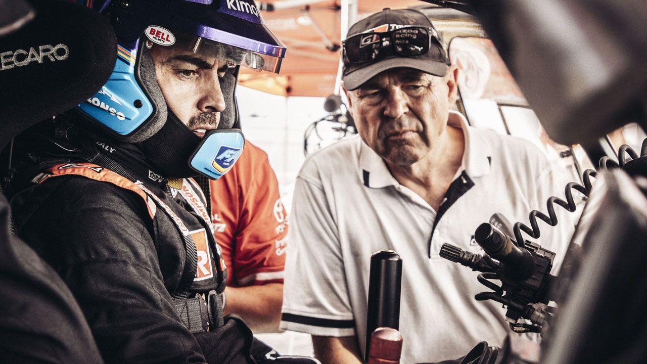 Fernando Alonso cumple el ritual de la carrera solidaria.Glyn Hall