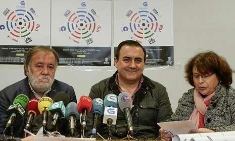 José Fernández Pernas, de Renacer (centro), con los periodistas Moncho Viña y Chus Castro.