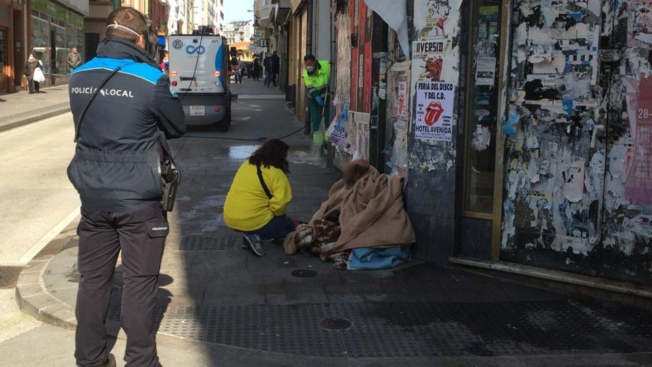 El indigente se negó a levantarse del sitio para facilitar las labores de limpieza de la acera