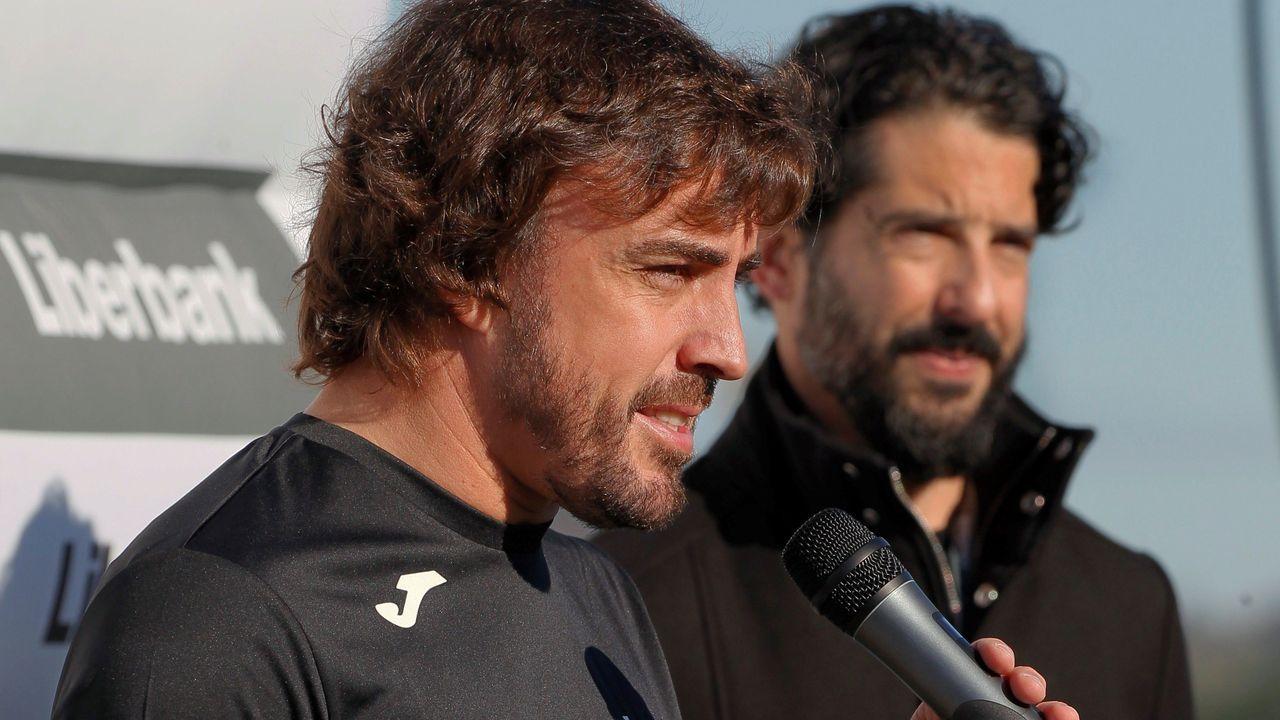 El piloto asturiano Fernando Alonso se dirige a cientos de aficionados con los que ha participado en la  IX Carrera Fundación Fernando Alonso-Liberbank