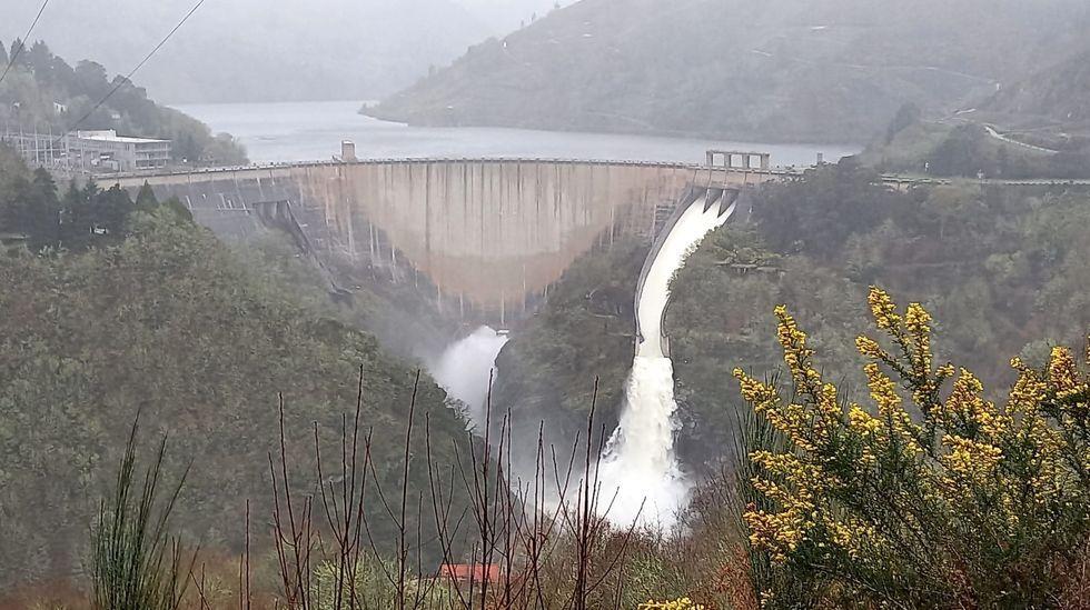 En kayak por las inundaciones de Vimianzo.A presa hidroeléctrica de Chantada ten abertas tres comportas e un unha válvula