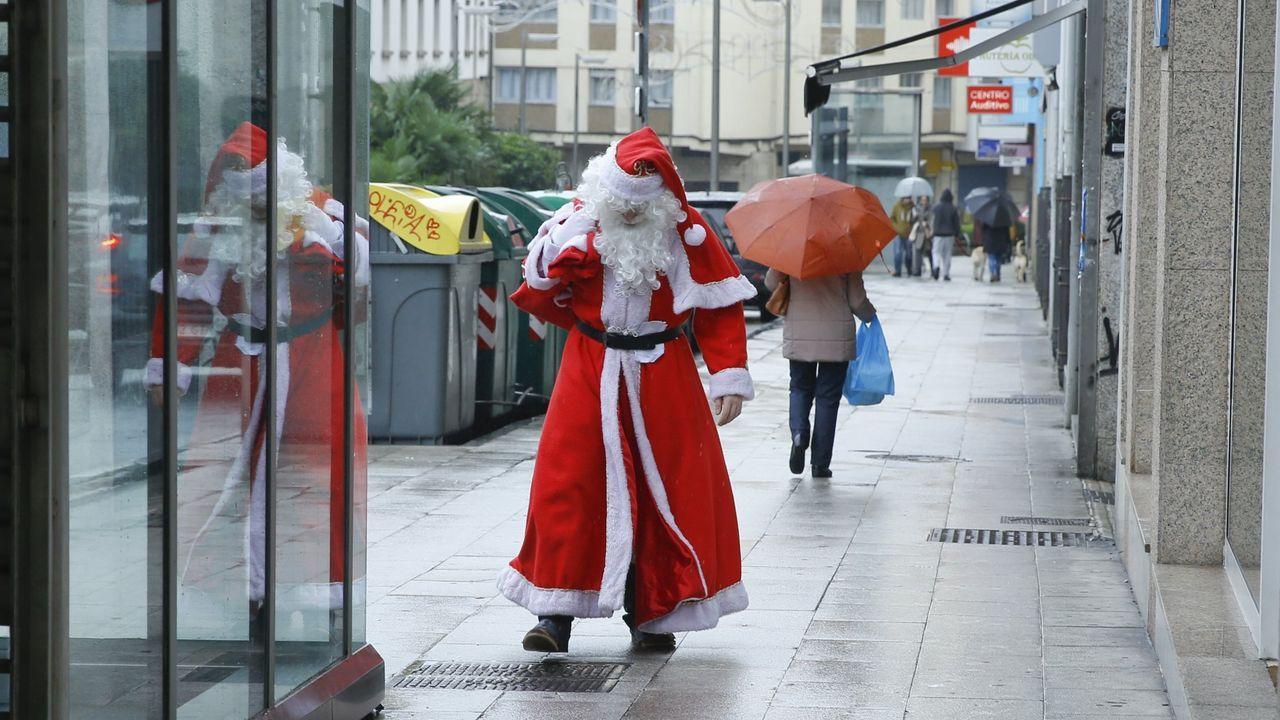 Imagen de archivo de un hombre disfrazado de Papa Noel
