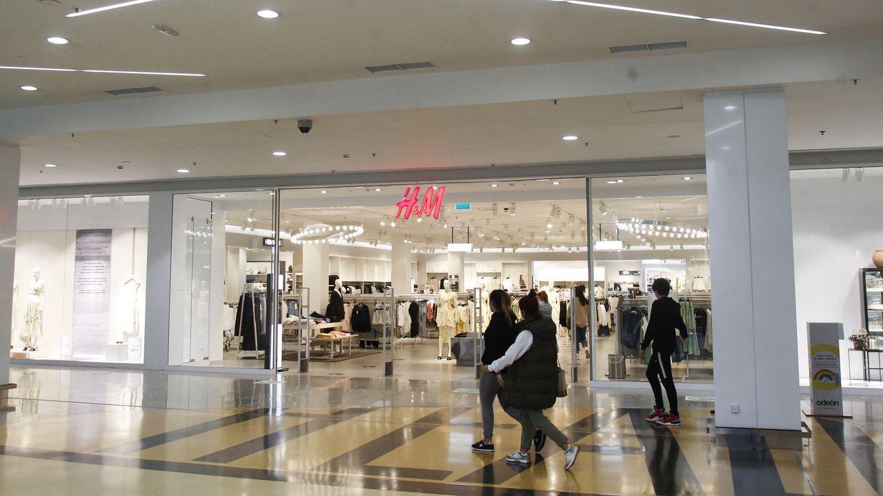 En el H&M de Odeón, una de las tres tiendas que la firma prevé cerrar en Galicia, trabajan 22 personas