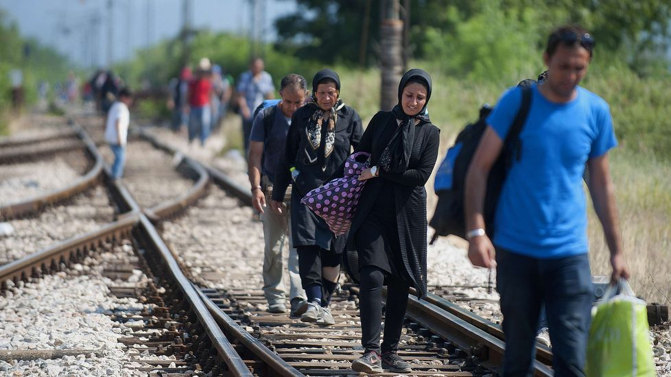 Las razones por la que Merkel hizo llorar a una niña pequeña.Inmigrnates atraviesan la frontera entre Grecia y Macedonia por Gevgelija.