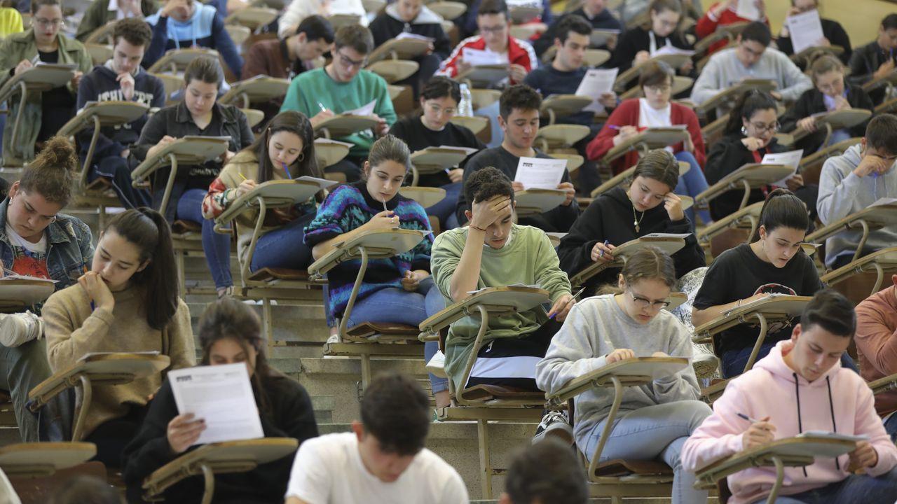 Selectividad, segundo asalto.Alumnos entran en el primer examen de selectividad en Pontevedra