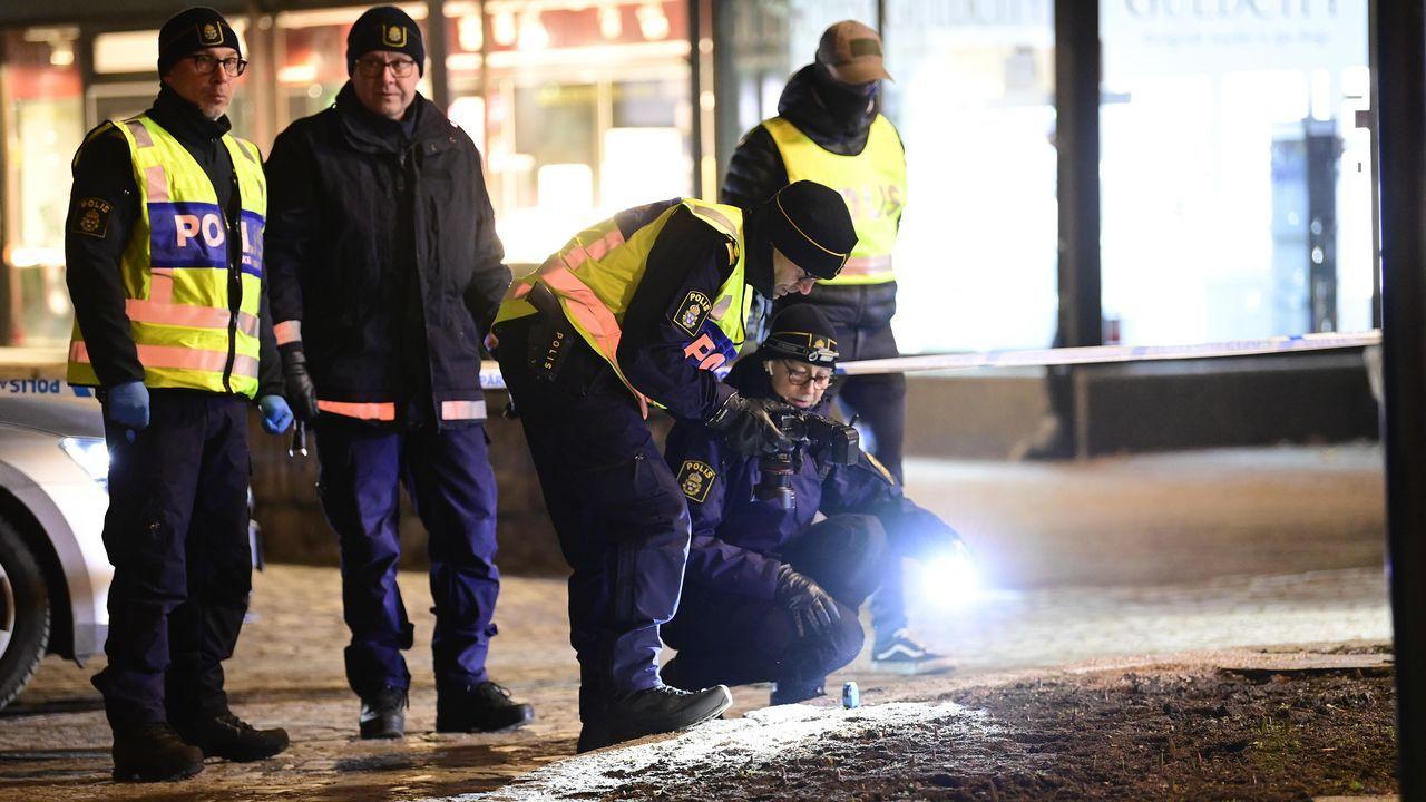 udef.Unos agentes recogen muestras en el lugar del ataque en la localidad sueca de Vetlanda