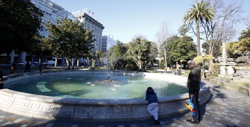 Los pequeños coruñeses todavía se asoman a ver si atisban algún pez de colores en la fuente de Méndez Núñez.
