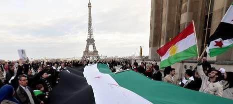 Manifestación en París, en el tercer aniversario de la guerra siria, durante la que se desplegó una gran bandera del país.