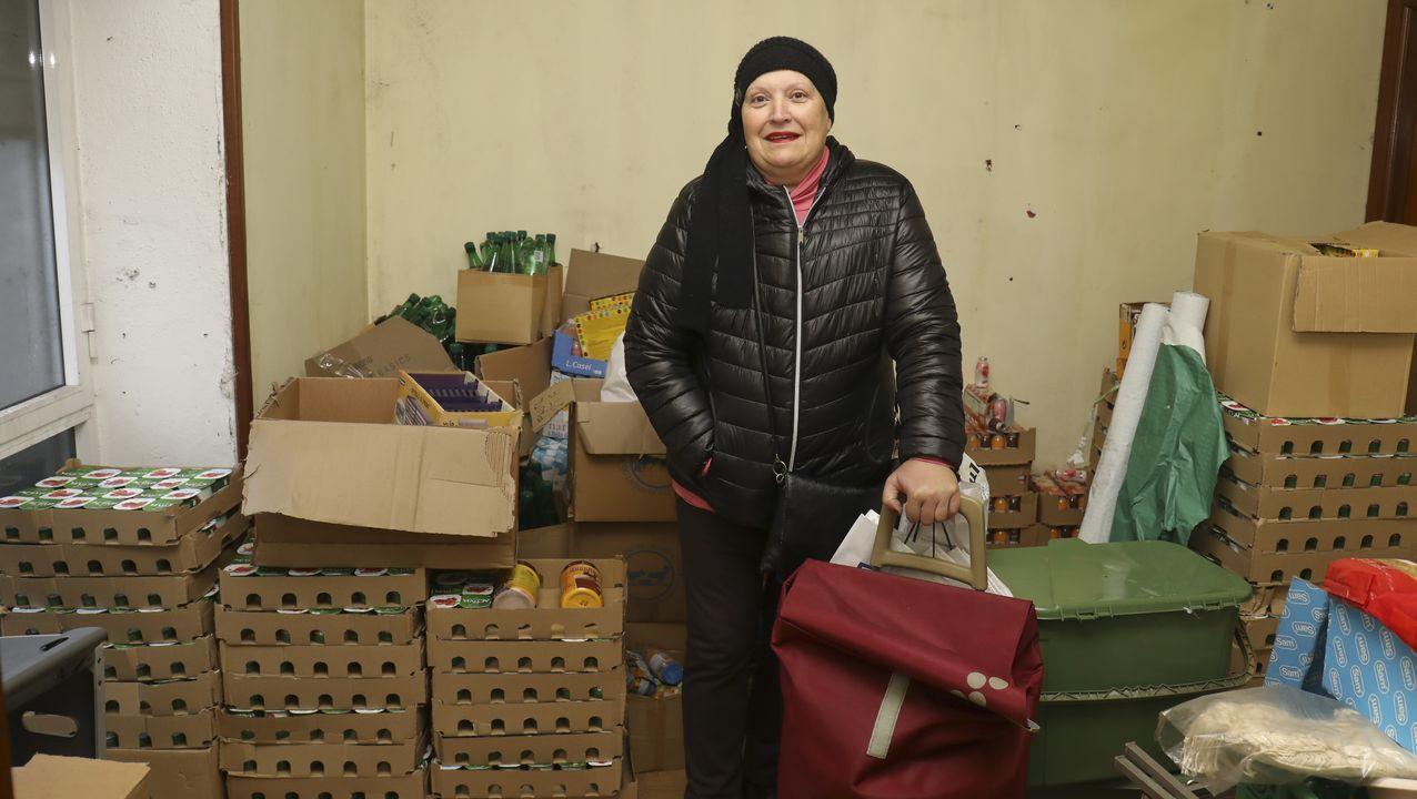 En el bajo de su casa, donde almacena los alimentos que luego repartira