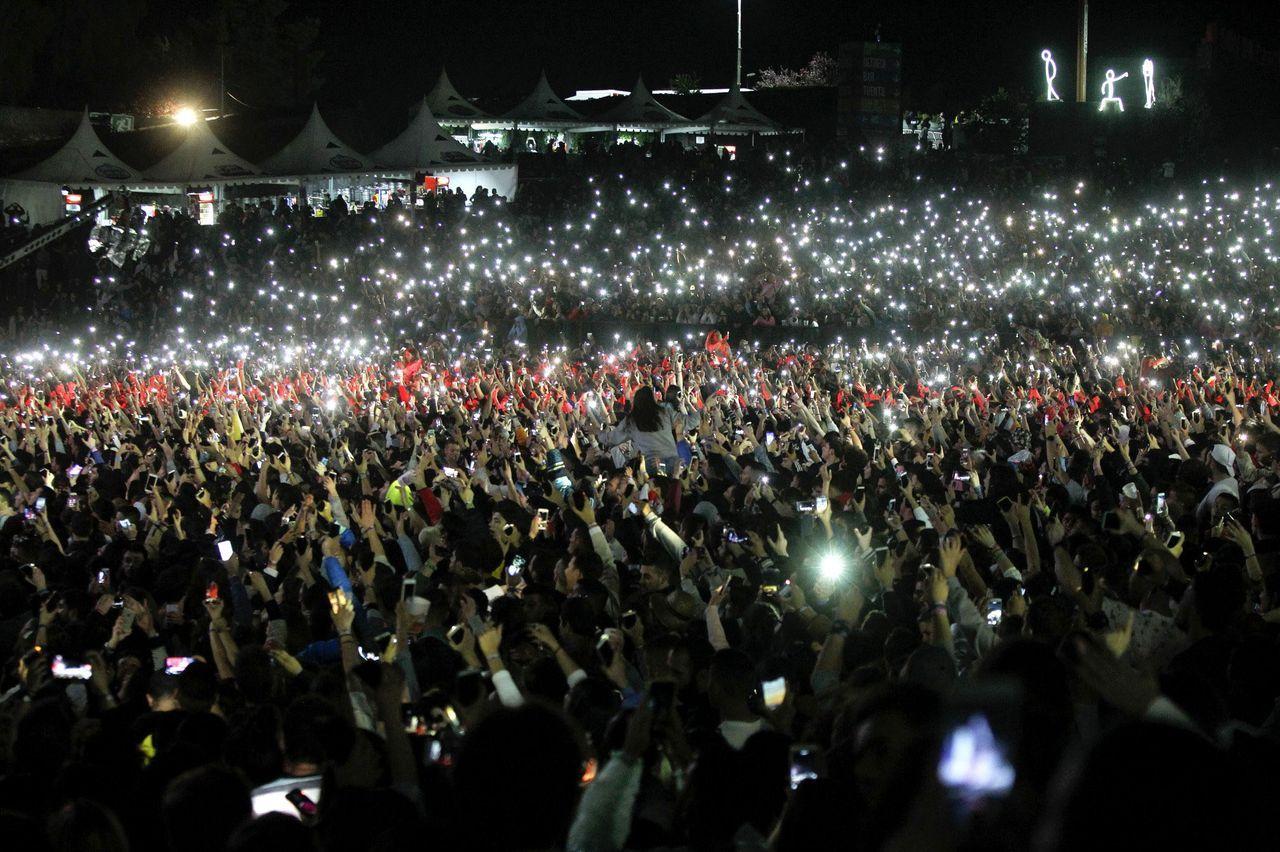 El Monte do Gozo de Santiago, iluminado por una marea de teléfonos móviles durante el concierto de Black Eyed Peas en el festival O Son do Camiño