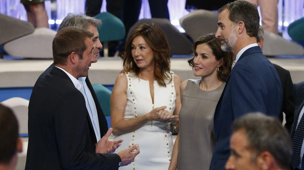 Todas las imágenes de la visita de los Reyes a Mediaset.Estudiantes y cocineros posan con las tapas ganadoras del concurso «Tapas con estrela».
