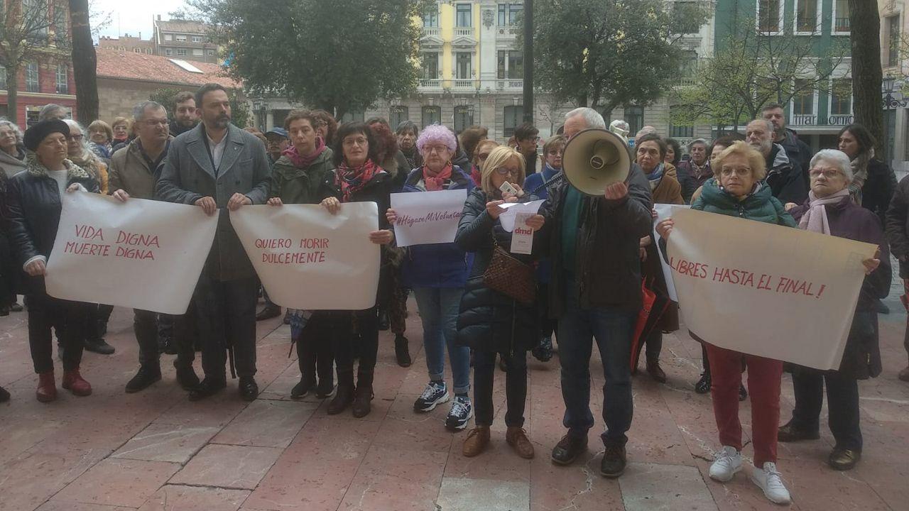 Concentración organizada por el colectivo «Morir Dignamente» a favor de una ley de eutanasia en la plaza Porlier, en Oviedo