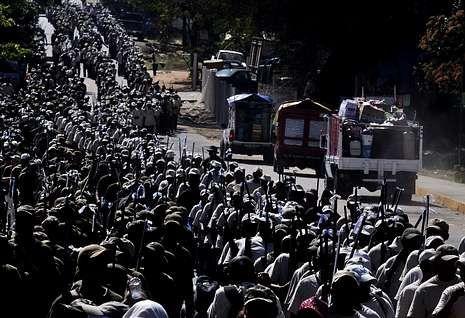Miembros de las «autodefensas» desfilan el sábado en el Estado de Guerrero.