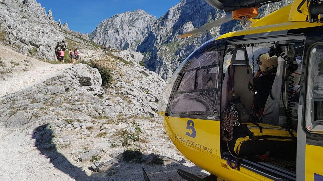 Los reyes posan con los premiados en los Premios Princesa de Asturias.El grupo de rescate de bomberos del Servicio de Emergencia (Sepa), en la ruta del Cares