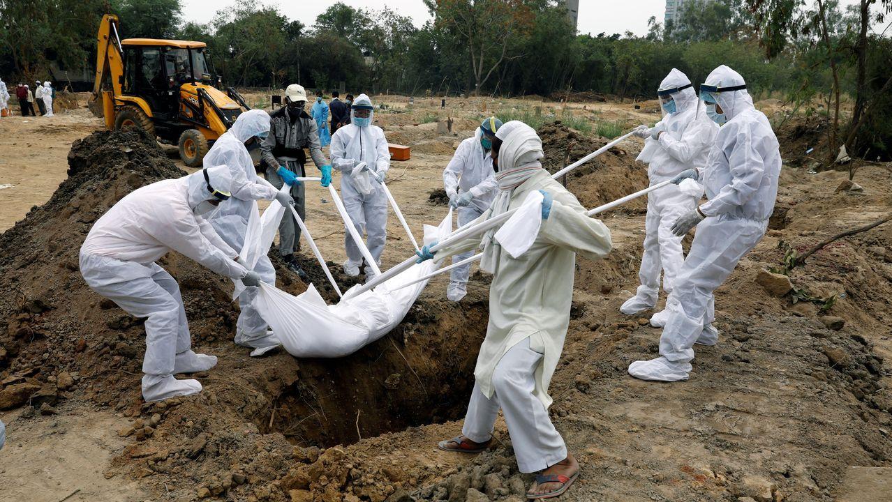 En Nueva Dehli, los sepultureros visten trajes protectores para enterrar a los fallecidos por coronavirus