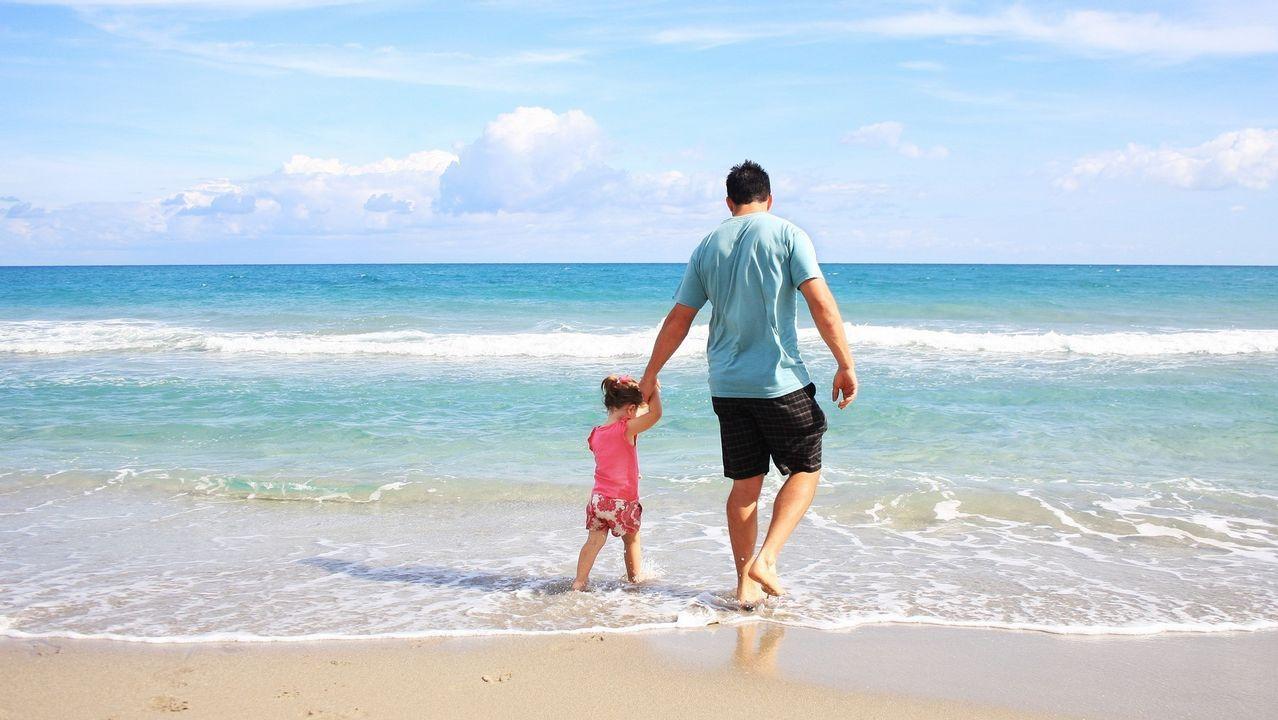 Junta de accionistas del Pontevedra.Un padre, disfrutando con su hija de un día de descanso en la playa