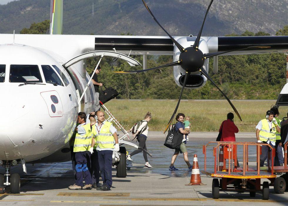 Dos bañistas mueren al estrellarse una avioneta en una playa en Portugal