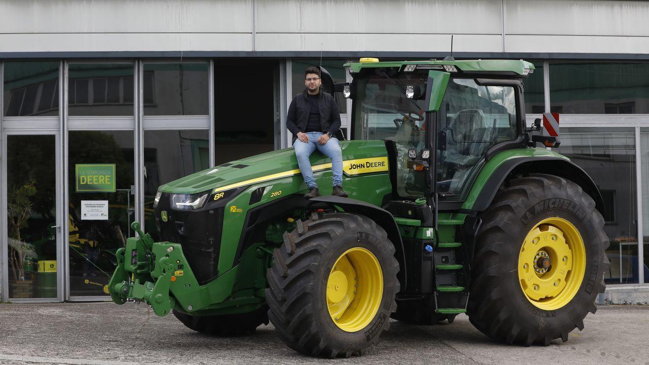 Samuel Ferreiro está especializado en la agricultura de precisión. En la imagen, sobre un tractor John Deere, a las puertas de Agrícola del Noroeste, donde trabaja