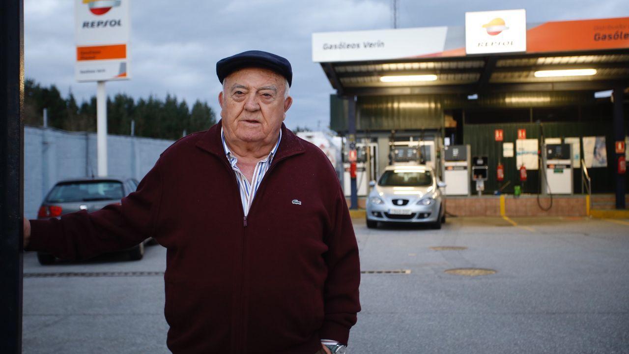 Las pallozas de Os Ancaresfrente a la amenaza de la chapa.López Somoza delante de las instalaciones que tiene Gasóleos Verín en A Louzaneta