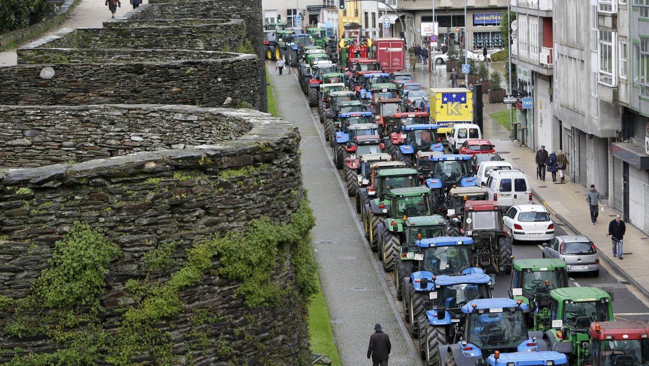 Los tractores rodearon la Muralla de Lugo en el 2016