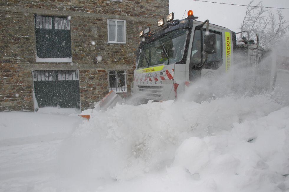 <span lang= es-es >La ansiada quitanieves</span>. A las cuatro de la tarde del miércoles hizo su único paso del día la máquina de la Diputación, limpiando la vía principal. Media hora después volvía a estar cubierta de nieve.