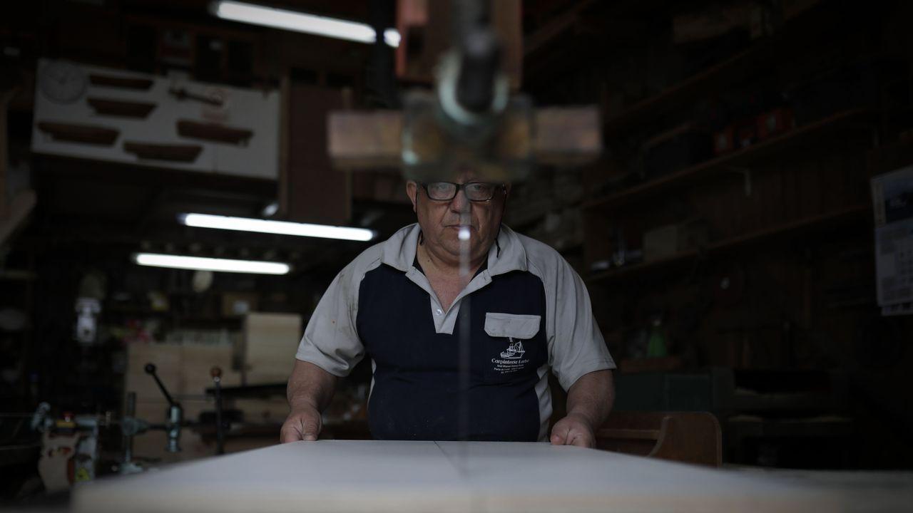 José Manuel Gómez ha podido reabrir su carpintería de barcos después de tres semanas cerrado
