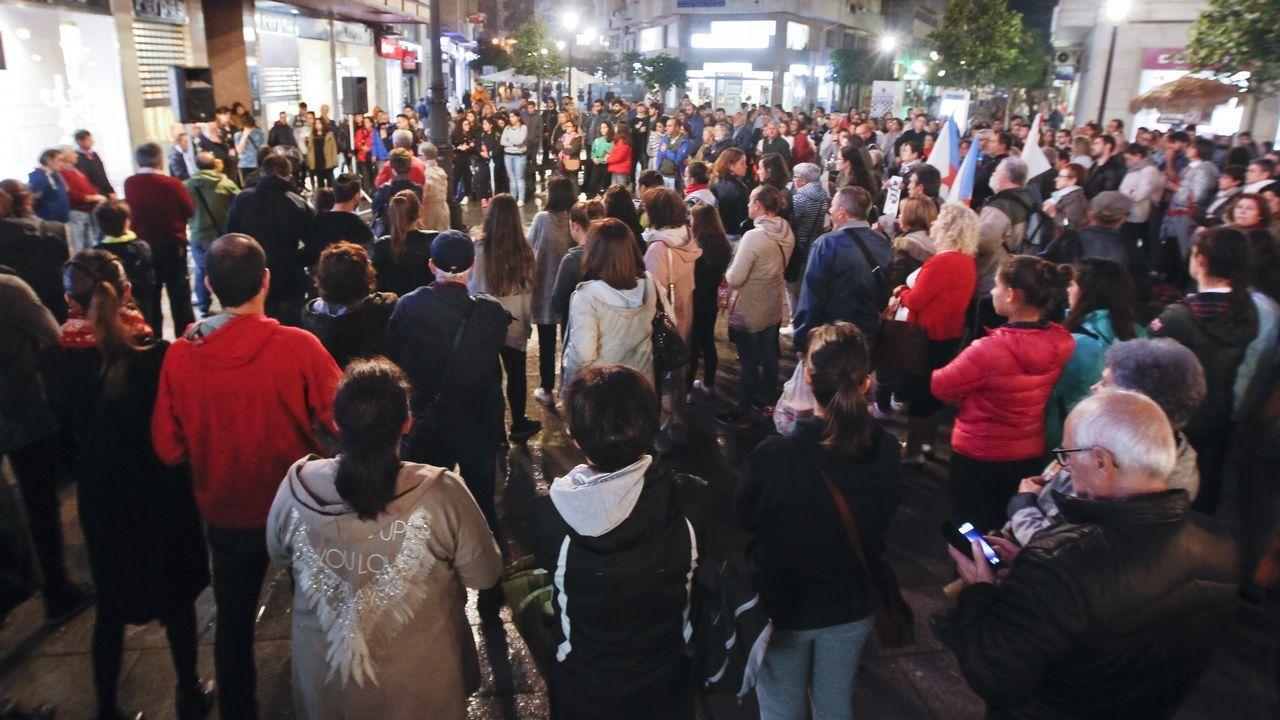 Miles de personas se manifiestan en Santiago contra la política forestal de la Xunta.Los efectos del incendio en Boiro