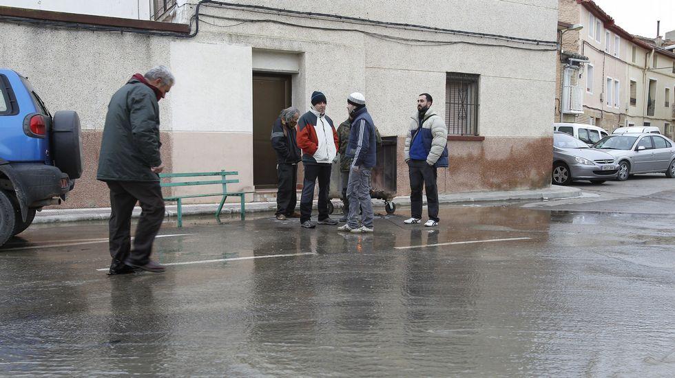 El agua del Ebro también ha llegado a las calles de la localidad de Pradilla (Zaragoza), donde muchos vecinos han sido desalojados como medida preventiva