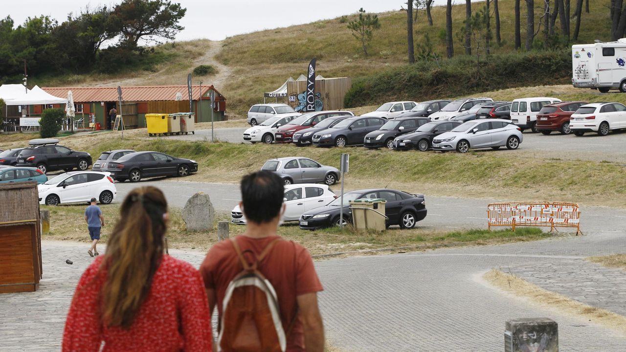 La playa de As Catedrais se vuelve a llenar de gente con mascarilla.Imagen del estacionamiento de vehículos de la playa de Doniños, en el que los vehículos solo podrán aparcar seis horas al día