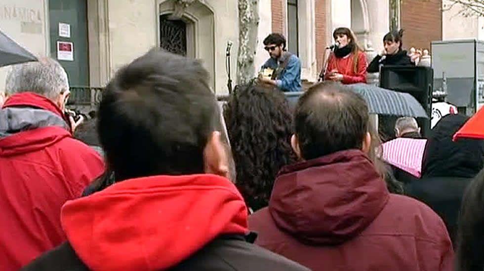 La familia de José Couso sigue pidiendo justicia.Familiares, compañeros y amigos de José Couso, ante la embajada de EE. UU. el pasado 4 de abril.