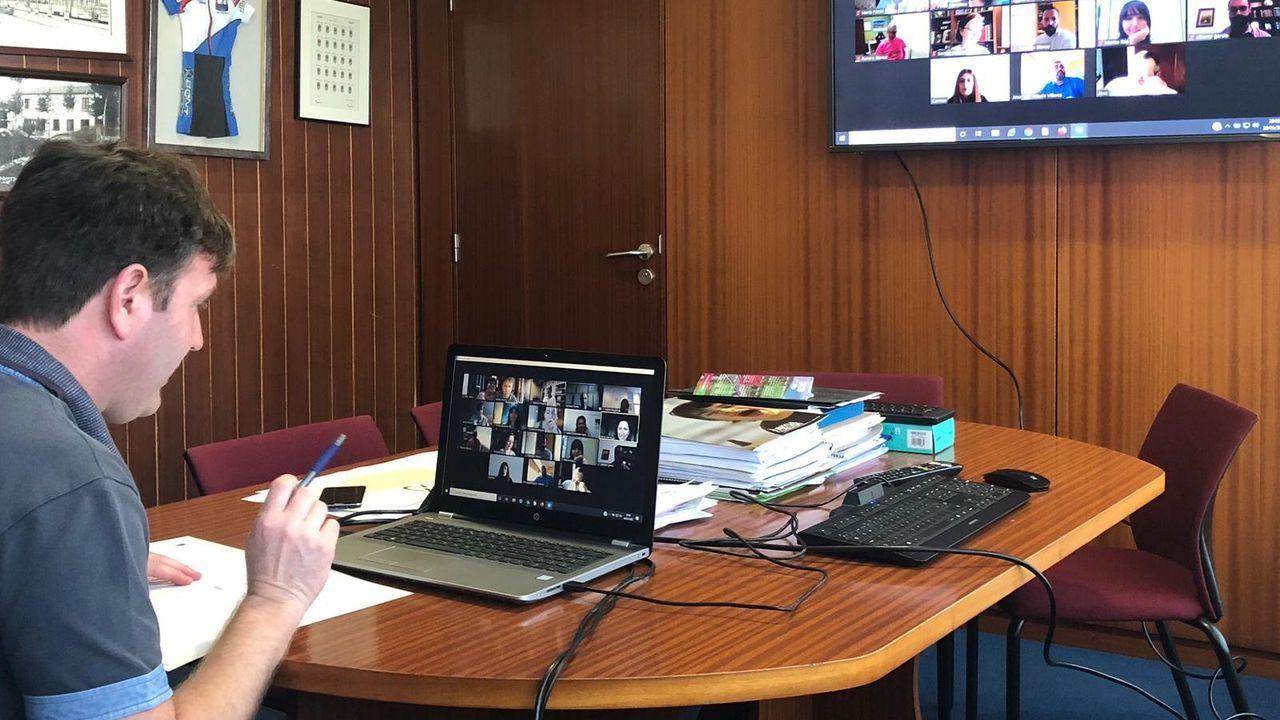 Imagen de archivo del alcalde de Sada, Benito Portela, durante una reunión digital