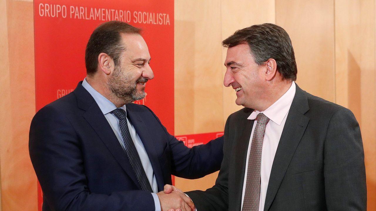 Ábalos: «Hay que contar con aquellos que quieren colaborar».La alcaldesa de Madrid, Manuela Carmena, conversa con el candidato del PP a sucederla en el cargo, Martínez Almeida